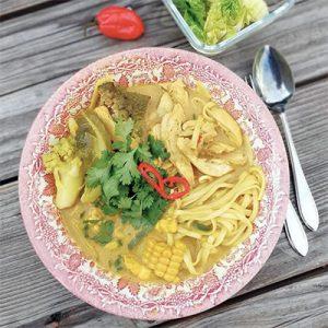 Kurkuma noodles soup kip